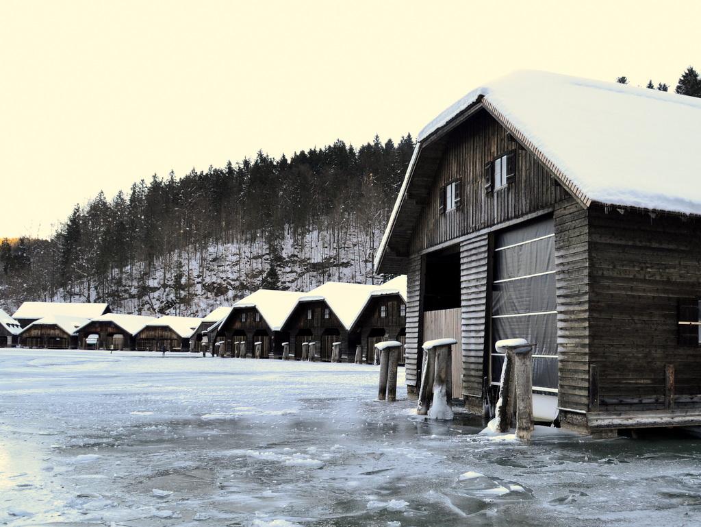 zugefrorener Königsee in der Nähe von Berchtesgaden
