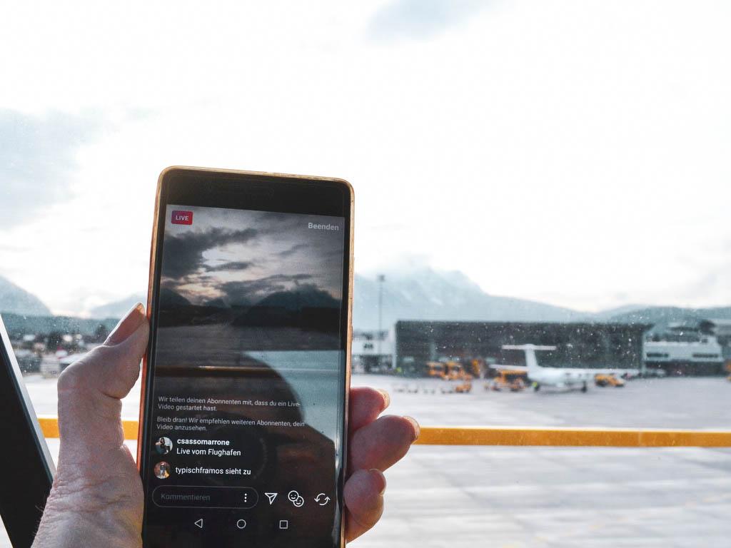 Handy mit Flughafenbildern