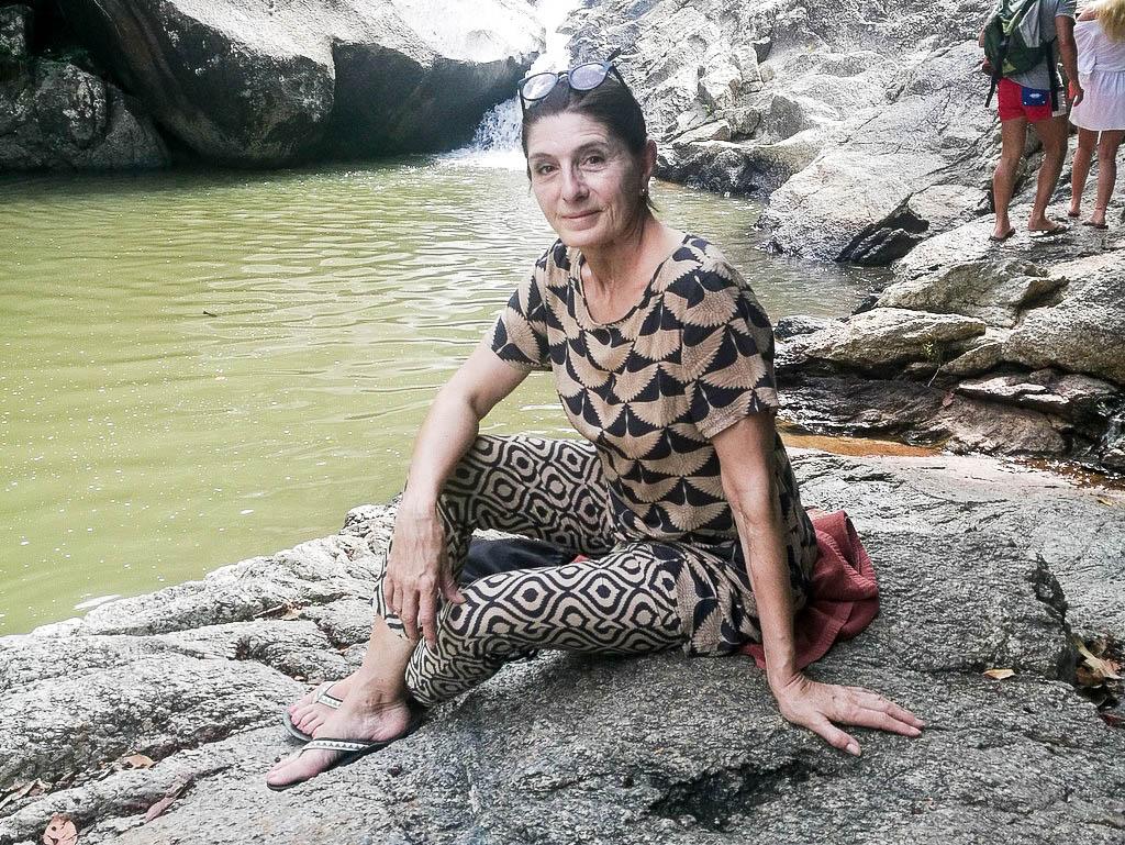 Claudia Braunstein am Wasserfall