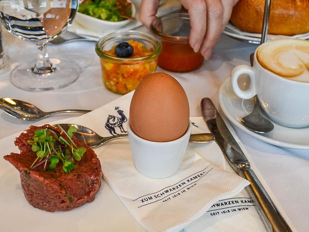 Beef Tartar und weiches Ei