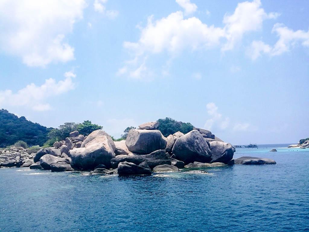 Strand mit Steinen auf Koh tao Thailand