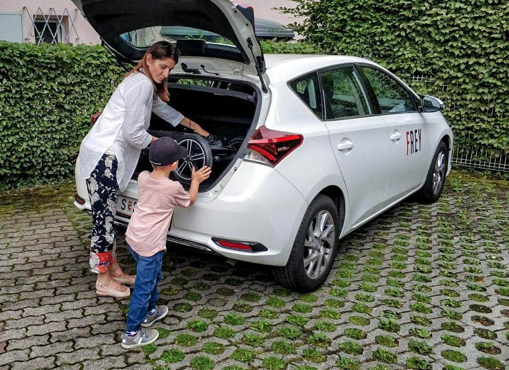 Auto m8it Kinderwagen beladen Nuna Mixx Toyota Auris