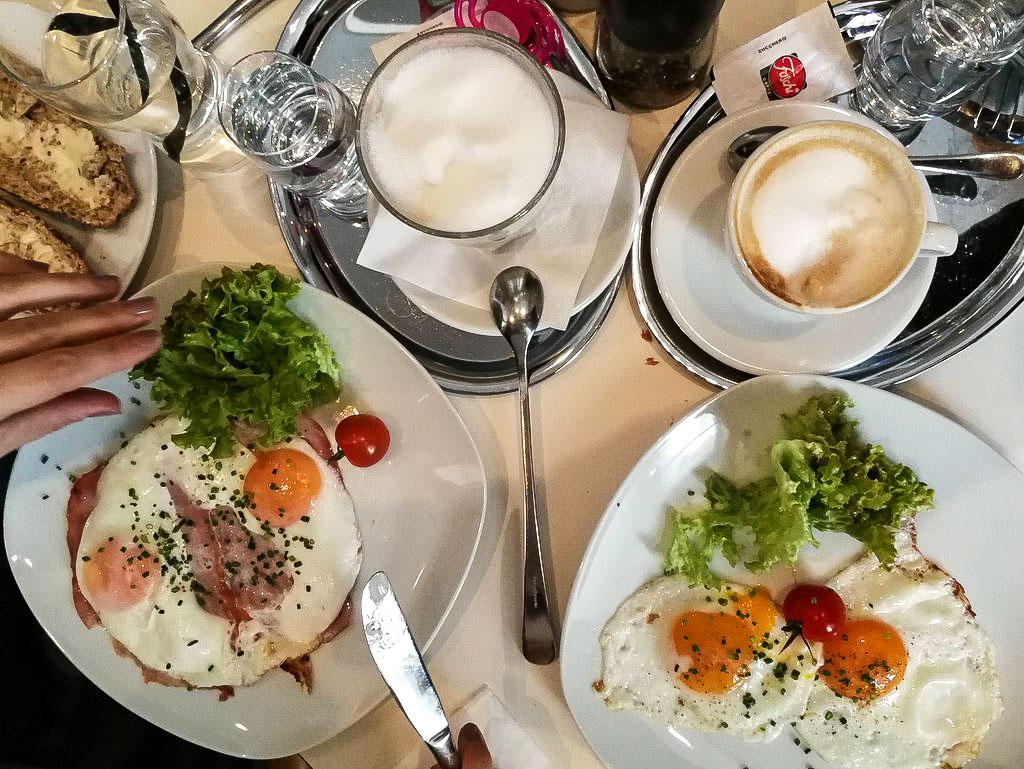 Frühstückstisch im Stadtcafe in Salzburg