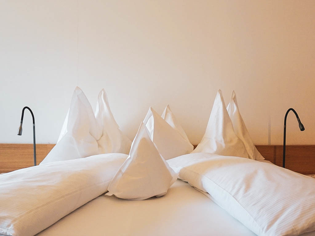 Bett im Zimmer mit Meran Blick
