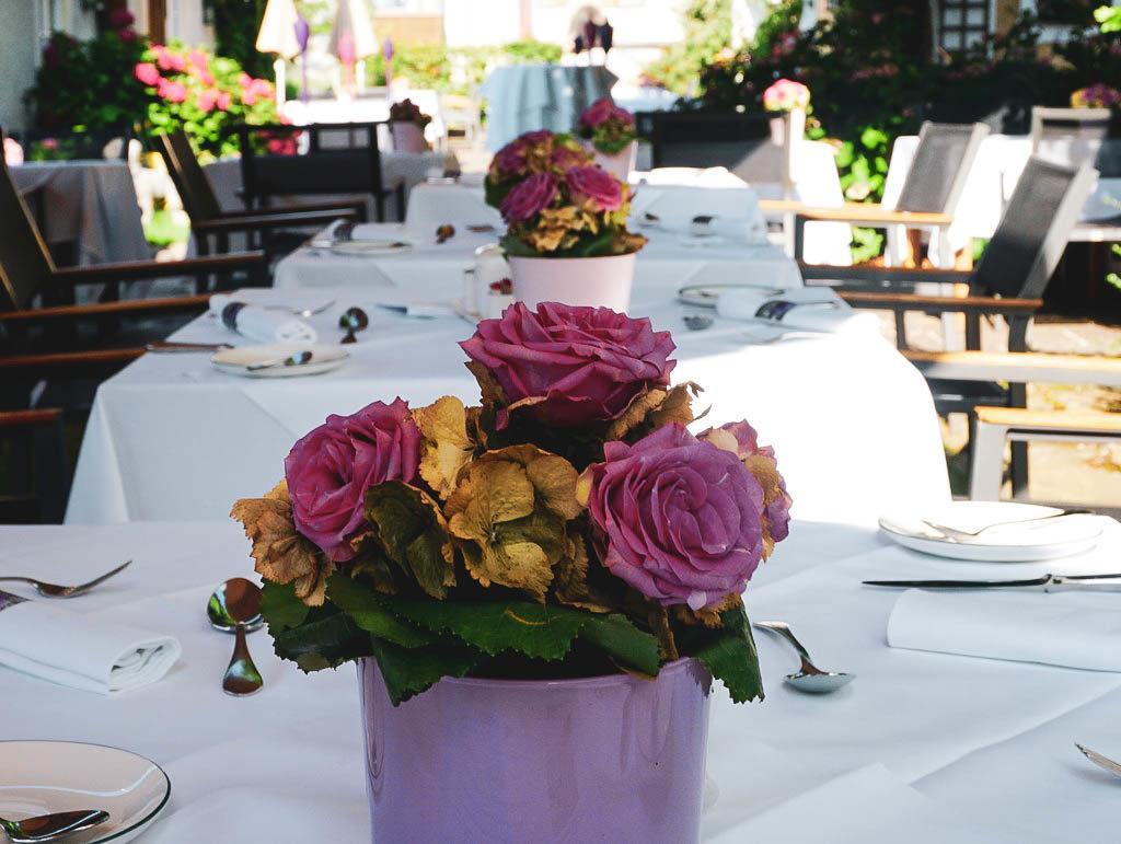 Tische im Gastgarten Hotel Gmachl Elixhausen