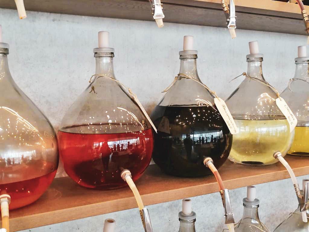Liköre und Schnäpse in großen Flaschen