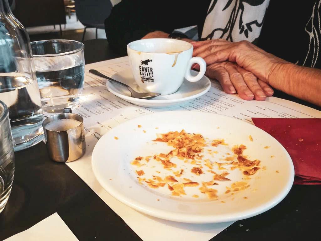 Leerer Teller und Kaffeetasse