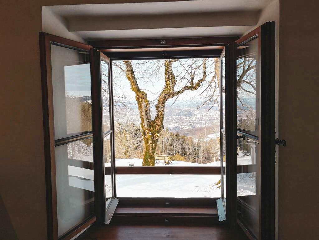 Blick durch ein Fenster auf Salzburg