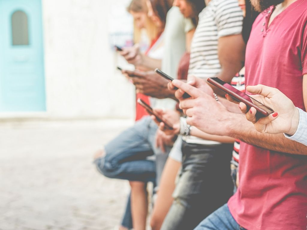 Menschen mit Mobiltelefonen