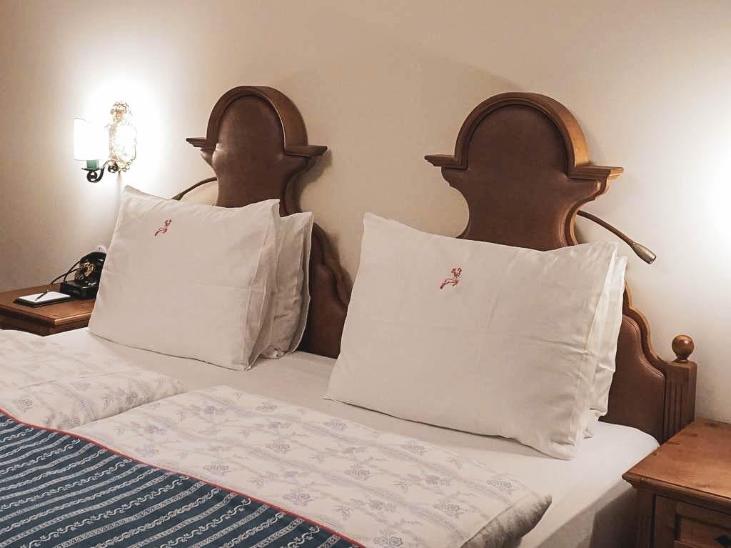 Bett im Hotel Goldener Hirsch
