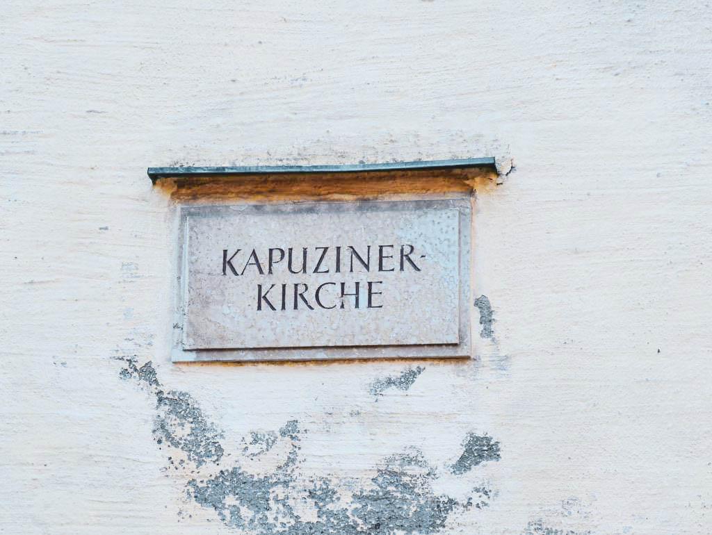 Schild an der Kapuzinerkirche