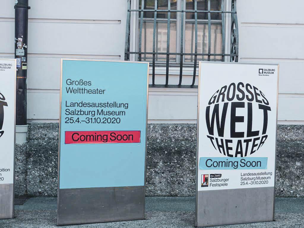 Plakatständer vor dem Salzburg Museum