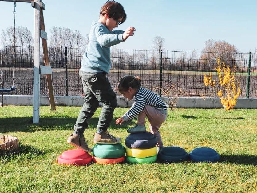 Speilende Kinder im Garten