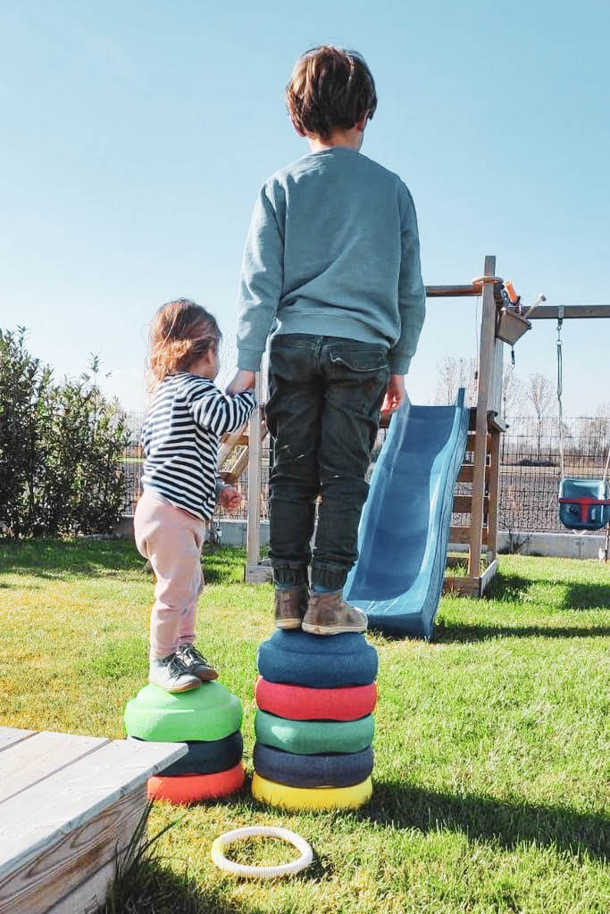2 Kinder auf Stapelsteinen