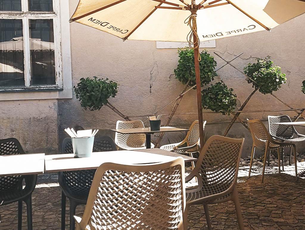 Tische im Gastgarten  Lemonchilli