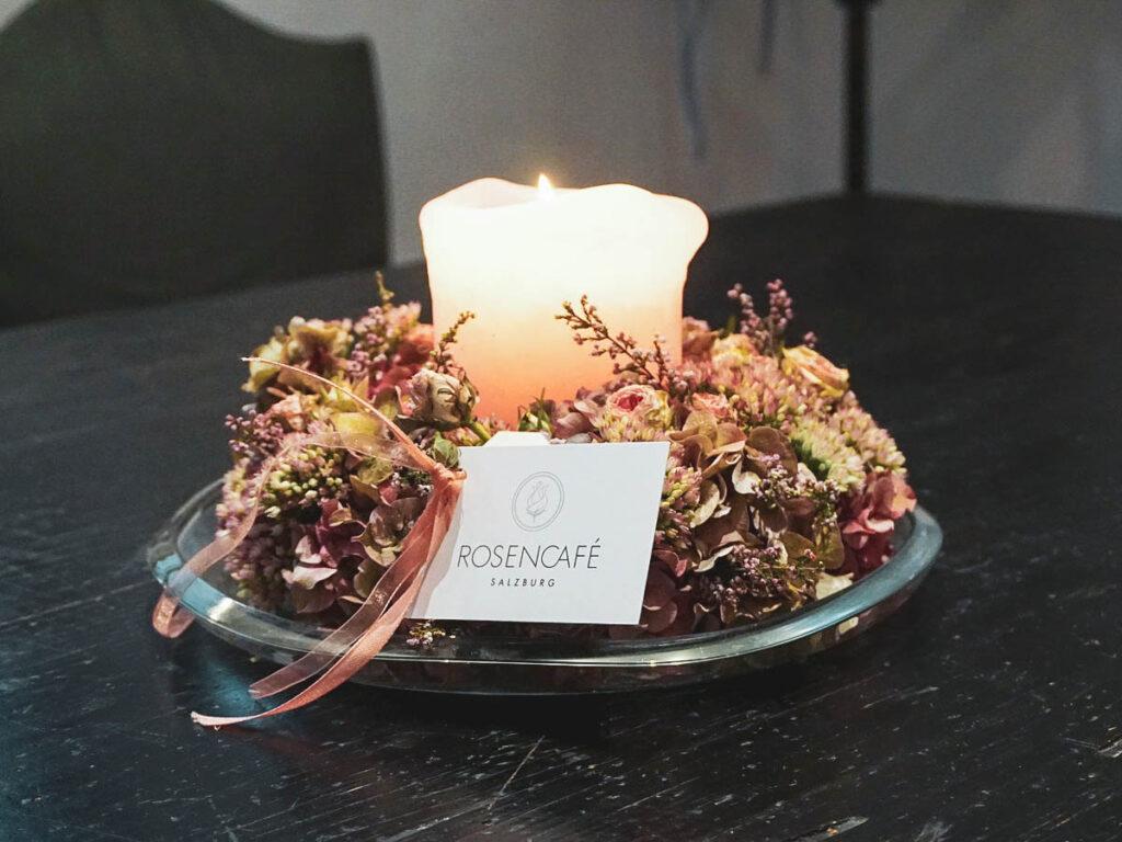 Kerze mit Blumenkranz