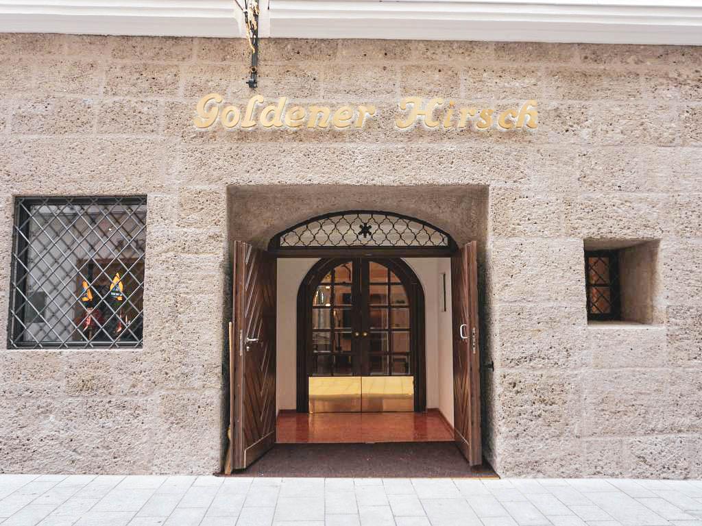 Goldener Hirsch Eingang