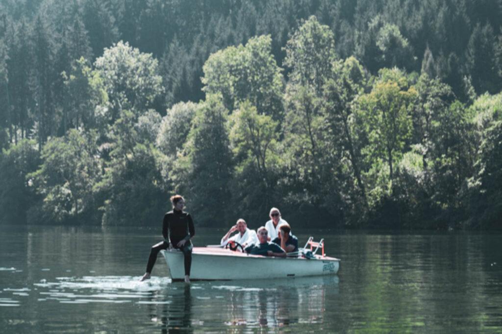 mehrere Personen in einem Boot