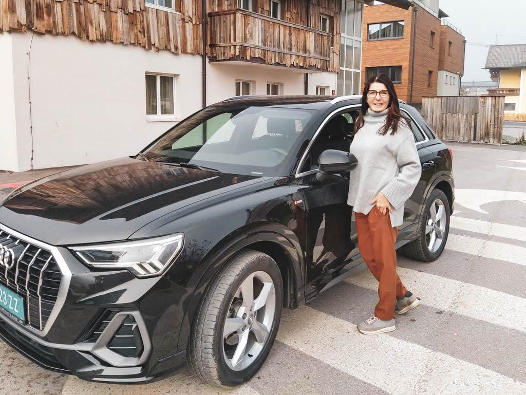 Frau mit einem Audi
