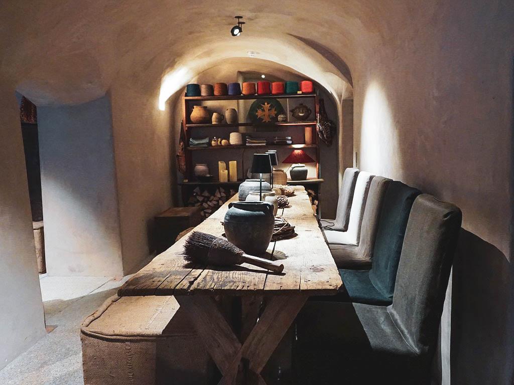Holztisch im Concept Store Townhouse Weisses Kreuz