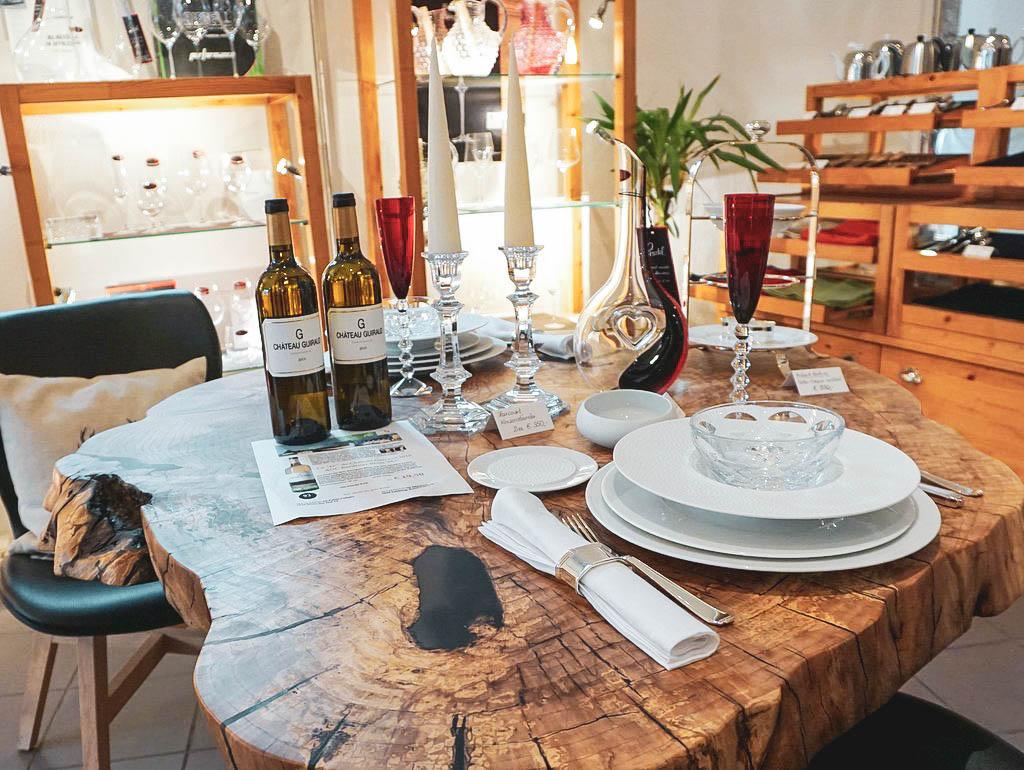 Holztisch mit Tellern
