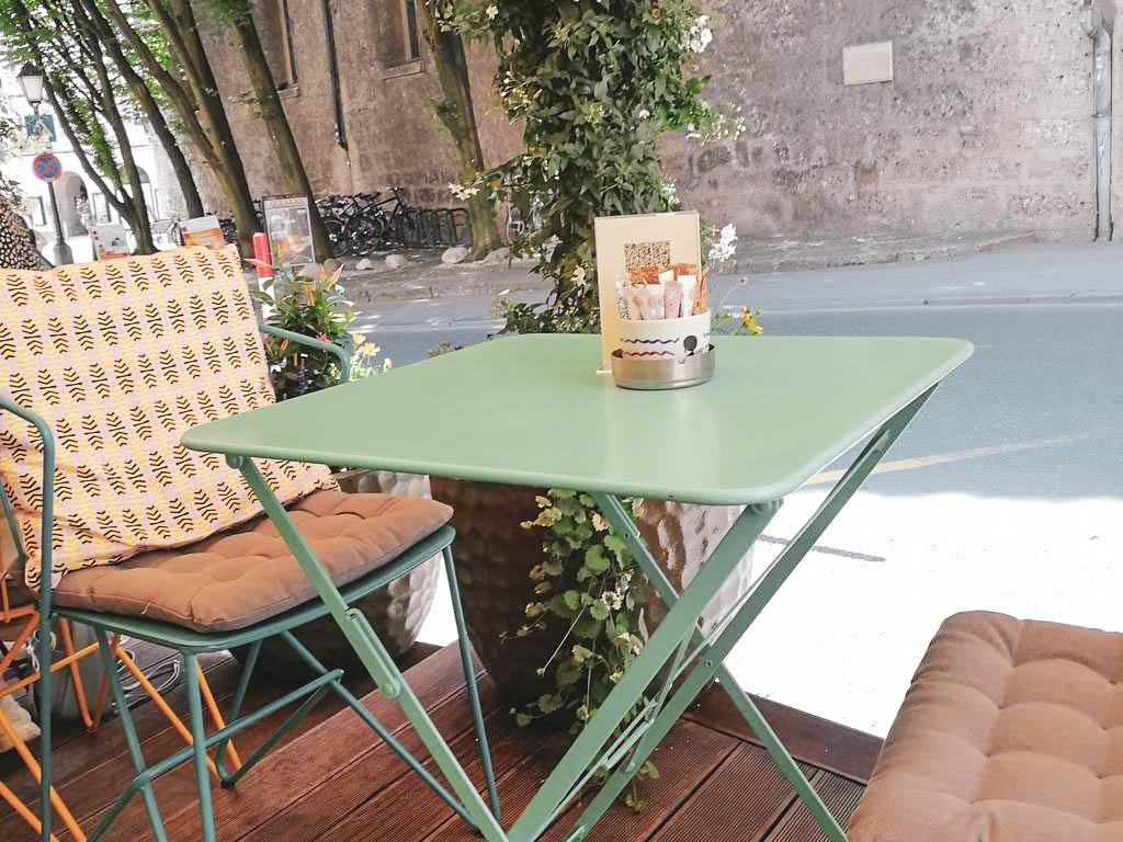 Tisch im Gastgarten im Afro Cafe