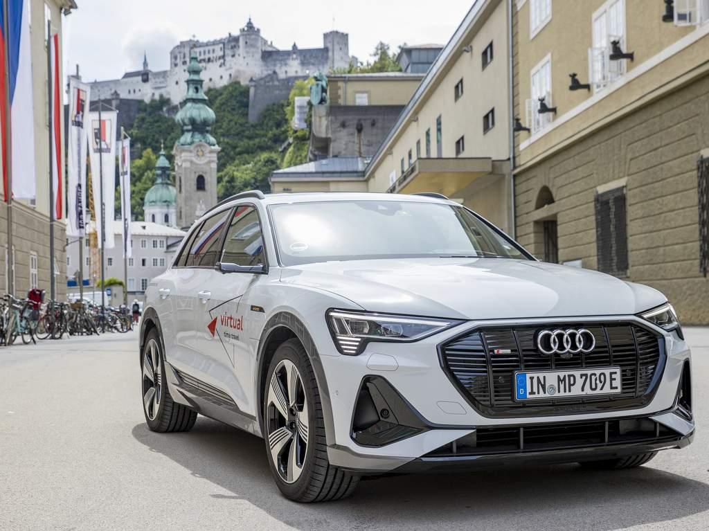 Audi e-tron vor dem Festspielhaus